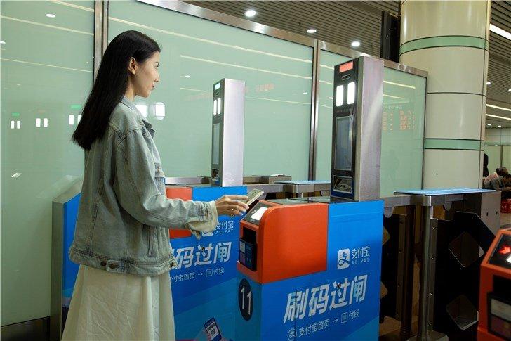 从今天开始,广深铁路实行支付宝刷脸进站! - 热点资讯