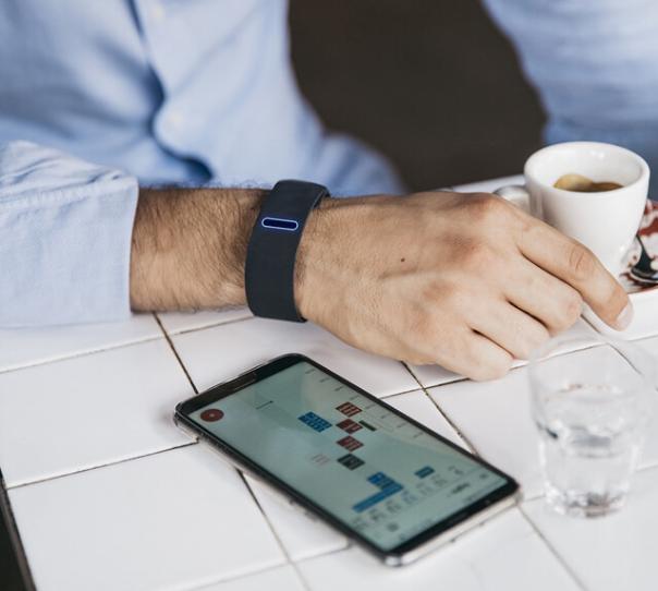 这个智能手环能让你用手指接电话 - 热点资讯